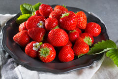 Organicznie świeża truskawka Czerwona truskawka i okwitnięcie truskawka Zdjęcia Stock