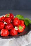 Organicznie świeża truskawka Czerwona truskawka i okwitnięcie truskawka Zdjęcie Royalty Free