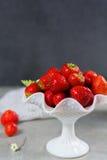 Organicznie świeża truskawka Czerwona truskawka i okwitnięcie truskawka Obraz Stock