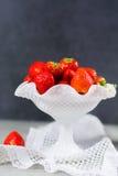 Organicznie świeża truskawka Czerwona truskawka i okwitnięcie truskawka Zdjęcia Royalty Free