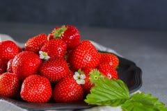 Organicznie świeża truskawka Czerwona truskawka i okwitnięcie truskawka Fotografia Royalty Free