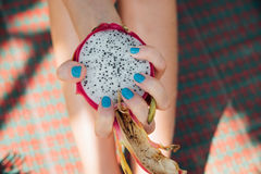 Organicznie świeżego smoka owocowi plasterek W ręce dziewczyna z manicure'em, stosowna dla gorącej pogody lub lata na plaży, diet Zdjęcie Stock