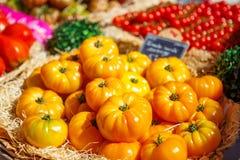 Organicznie świezi pomidory od śródziemnomorskich rolników wprowadzać na rynek w Prov Fotografia Royalty Free