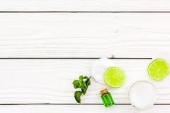 Organicznie cytrusów kosmetyki dla skóry opieki Cytryny lub wapna olej i nawilżanie śmietanka na białego drewnianego tła odgórnym Zdjęcia Stock