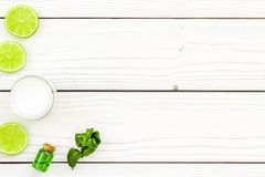 Organicznie cytrusów kosmetyki dla skóry opieki Cytryny lub wapna olej i nawilżanie śmietanka na białego drewnianego tła odgórnym Fotografia Royalty Free