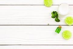 Organicznie cytrusów kosmetyki dla skóry opieki Cytryny lub wapna olej i nawilżanie śmietanka na białego drewnianego tła odgórnym Obraz Stock