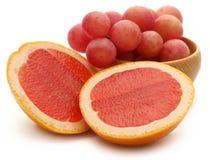 Organicznie czerwoni winogrona z grapefruits obrazy stock