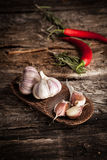Organicznie czosnek i chłodny pieprz fotografia stock
