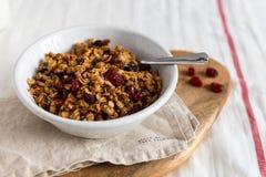 Organicznie domowej roboty Granola zboże z owsami i orzechami włoskimi Oatmeal muesli w pucharze lub granola Odbitkowa przestrzeń zdjęcie stock