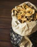 Organicznie domowej roboty wysuszony jabłko szczerbi się plasterki w papierowej torbie Zdjęcie Royalty Free