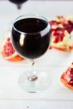 Organicznie granatowa wino na białym drewnianym stole Zdjęcia Royalty Free