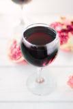 Organicznie granatowa wino na białym drewnianym stole Fotografia Royalty Free