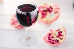Organicznie granatowa wino na białym drewnianym stole Fotografia Stock