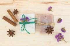 Organicznie handmade mydło dekoracja pikantność cynamonem, gwiazdowy anyż, i suszymy kwiaty na drewno desce Zdjęcia Stock
