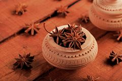 Organicznie Indiańskiej pikantności Gwiazdowy anyż w rękodzieło Ceramicznym pucharze obrazy stock