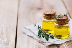 Organicznie istotny macierzanka olej z zielonymi liśćmi zdjęcia royalty free