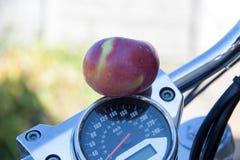 Organicznie jabłko na motocyklu obrazy stock