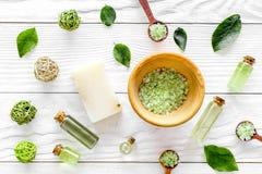 Organicznie kosmetyczny ustawiający z herbacianymi oliwnymi liśćmi i morze solą w pucharu tła białego drewnianego stołowego miesz Obrazy Royalty Free
