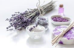 Organicznie kosmetyk z lawenda olejem na białym tle i kwiatami Obrazy Royalty Free
