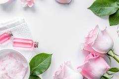 Organicznie kosmetyk z róża olejem na białego tła odgórnym widoku Zdjęcie Stock