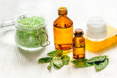 Organicznie kosmetyki z ziołowymi ekstraktami mennica na drewnianym tle fotografia stock