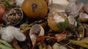 Organicznie kuchenni gruzy z pozostawionym zróżnicowanym jedzeniem i nieorganicznym odpady zdjęcie wideo