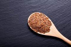 Organicznie lnów ziarna w drewnianej łyżce Zdjęcie Royalty Free