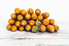 Organicznie marchewki na drewnianym stole Zdjęcie Stock