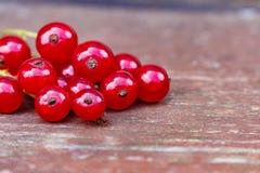 Organicznie ogrodowe jagody na starym drewno stole od above, obecna czerwony Fotografia Stock