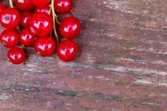 Organicznie ogrodowe jagody na starym drewno stole od above, obecna czerwony Zdjęcia Stock