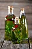 Organicznie oliwa z oliwek z pikantność i ziele na starym drewnianym tle zdrowa żywność Zdjęcie Royalty Free