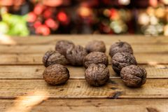 Organicznie orzechy włoscy na Drewnianym stole fotografia stock