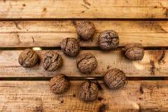 Organicznie orzechy włoscy na Drewnianym stole zdjęcia royalty free