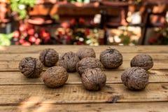 Organicznie orzechy włoscy na Drewnianym stole zdjęcie stock