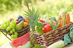 Organicznie owoc i warzywo w łozinowym koszu zdjęcia stock