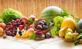 Organicznie owoc - zdrowy jedzenie, jarski jedzenie opiera się na zdrowej diety zdrowym łasowaniu Zdjęcia Royalty Free