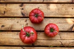 Organicznie pomidory na Drewnianym stole zdjęcie royalty free