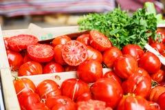 Organicznie pomidory od śródziemnomorskich rolników wprowadzać na rynek w Provence, Fotografia Royalty Free