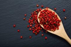 Organicznie Różowy Peppercorn w drewnianej łyżce Zdjęcia Stock
