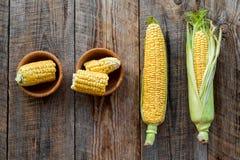 Organicznie rolny jedzenie Cutted kukurydzani cobs na nieociosanym drewnianym tło odgórnego widoku copyspace Zdjęcia Royalty Free