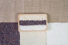 Organicznie ryż, Mieszani ryż, Jaśminowi biali ryż, Ryżowa jagoda, glutinous ryż w drewnianym pucharze na workowym tle obrazy stock