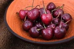 Organicznie słodkie wiśnie w drewnianym pucharze obraz stock