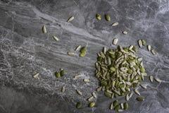 Organicznie słonecznik i Dyniowi ziarna na marmurowym kuchennym worktop tle obraz royalty free