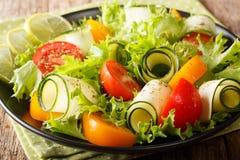 Organicznie sałatka zucchini, pomidory, sałata i wapno, ubierał wi Obraz Royalty Free
