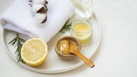 Organicznie skincare składniki z ręcznikami i manuka miodem, naturalni traktowanie składniki z cytryną, miód, balsamu salve, rozm fotografia stock