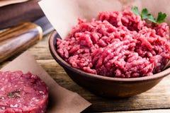 Organicznie surowi zmieloni wołowina hamburgeru i mięsa stku cutlets obraz royalty free