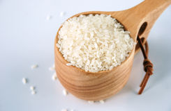 Organicznie suszi ryż w drewnianej filiżance Obraz Stock