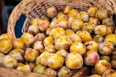 Organicznie szmaragdowe beaut śliwki w koszu zdjęcia stock