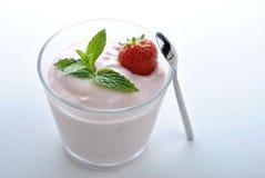 organicznie truskawka w naturalnym jogurcie i mennicie Fotografia Stock