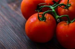 Organicznie winogradu dojrzali pomidory na drewnianym stole Obraz Royalty Free